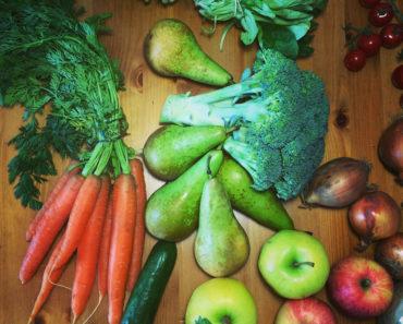 """Složení """"bedýnky"""" – mrkve, hrušky, brokolice, cibule, jablíčka, cherry rajčátka…"""